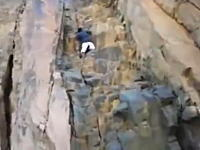 痛いライブリーク。岩登りをしていた男性が足を滑らせて落下してしまう瞬間。