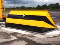 突っ込んだトラック涙目www超強力な油圧式の車止めバリヤーが誕生する。