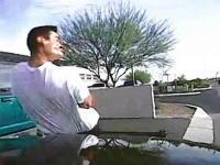 警官がパトカーを猛スピードで走らせて容疑者を跳ね飛ばす。日本の警察もこれくらいやれw