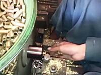 潜入。タリバンの銃弾製造工場。米軍の残していった銃弾をタリバン用に作り変える作業。