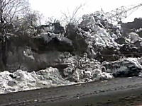 メキメキバキバキ。ロシアで撮影されたゆっくりと道路を飲みこむ地すべりの映像。