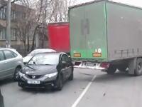 トラックに引っ掛けられてドナドナされていく悲しいフィットの姿が撮影される。