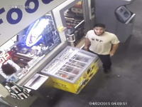 店員が寝ている間に・・・。アイスクリームを冷凍庫ごと盗んでいく男が撮影される。