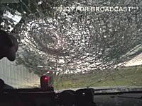 これはこええ。特大の雹に襲われた車の車内映像。フロントガラスを突き抜けそう。