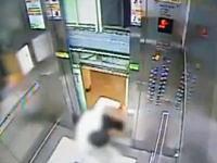 ドアが閉まる前に上昇しだしたエレベーターに殺されかけた男性。
