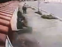 ナイスな逃げっぷりw歩道で大量のドリンクボトルに襲われてしまった男性w