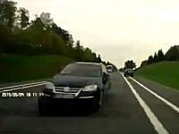 怖すぎ。死ぬ所だった。超速で逆走してきた車をギリギリの所で避けたドライブレコーダー。