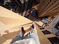 命がけのパルクール。少しでもバランスを崩せば即死確実。高層マンションの最上部で危ない事をする男。