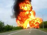 路上で炎上していたトラックが大爆発してしまう瞬間がドライブレコーダーに撮影される。