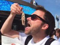 これは奇跡のハプニングが撮れたw旅行者がオランダの露店でハーリングを食べようとしたところ・・・。