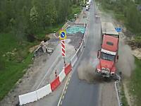 工事で片側通行になっている道路に無理やり突っ込んだトレーラーが