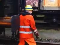 この鉄道作業員あっぶねえ。ネタでやるには危険すぎるだろw