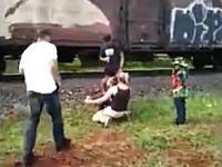 馬鹿じゃないの。線路で記念撮影しようとしていた家族が貨物列車にはねられる瞬間。