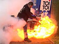 これはオーバーヒート?バーンアウトしていたバイクが燃えちゃうビデオ。