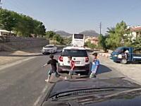 これは車も被害者だよなあ。飛び出した子供がはねられて骨折ドラレコ。