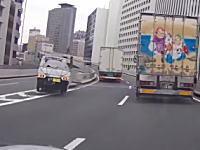 あああww首都高で軽トラが分岐のクッションドラムに突っ込む瞬間ドラレコ。