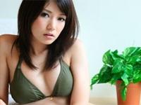 古崎瞳 ソファに横たわったり、グリーンのビキニになってガラステーブルの上でプリプリヒップを魅せる