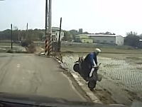 ちょw曲がり角を直進して田んぼに落下するスクーターの姿が撮影されるw