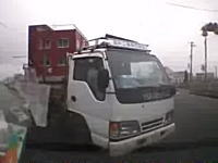 「ちょい事故」じゃねえw信号無視で交差点に進入したうp主がトラックと衝突するドラレコ
