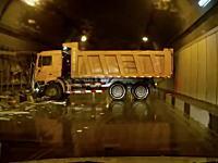 完全にはまったwダンプがトンネル内でスピン事故を起こして完全通行止めに。
