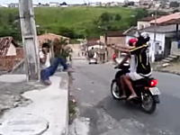 バイクに2ケツのヒットマンが男性を射殺。その映像。かと思ったら!?