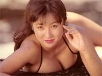 古崎瞳 ストライプ柄ビキニ水着を身につけて波打ち際で寝転がったり、プリンとしたヒップをアピール