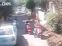 これは怖い。細い路地に暴走車が突っ込んでくる恐怖動画。ジャンプ避け。