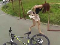 お姉ちゃんの巻きスカートが引っかかってパンツモロ見えw軌跡の瞬間が撮れたヘルメットカム。