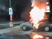 おあうぉぉ!燃える車に戻ろうとする男性。焼身自殺未遂?ダッシュカム映像。