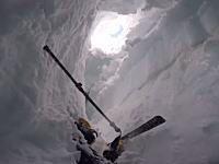 絶望体験。スキー中にクレバスに落ちてしまった男性が助け出されるまで。