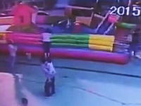 インフレータブル式の遊具が強風で飛ばされて遊んでいた少女が落下して死亡。そのビデオ。