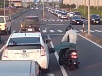 ボコられるプリウス。栃木で撮影されたDQNスクーター乗り。ミラー破壊w