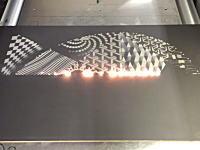 なかなかの迫力。レーザーで模様を焼き付けるプリンターが凄い動画。後半あらぶるよwww