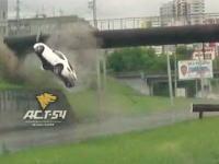 高速道路で超ぶっ飛ぶポルシェケイマンSの映像が撮影される。シートベルトしてて助かった事故。