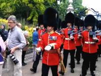 イギリスの近衛兵は止まれない。行進を妨げるとこうなってしまう動画。