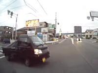 だれに電話してんだよwww軽トラと女性ドラ衝突の瞬間ドライブレコーダー。