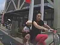 駐車場に入ろうとして母子を轢きかけたドラレコ動画に批判が殺到。