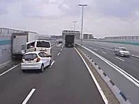 外に出ていたドライバー危機一髪。阪神高速で故障車に追突⇒後続車も追突。の瞬間。