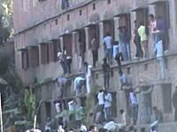 異常な光景。インドのカンニング方法が凄い。回答を教える為に命がけで壁を登る親たち
