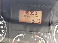 キリ番。記念すべき瞬間を祝う12秒動画。車の走行距離計を手撮り。99999⇒