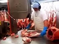 慣れた手つきで豚さんを細切れにしていく職人ビデオ。凄いけど怖い。