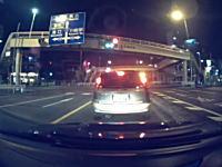 川崎市の国道1号線で撮影された信号無視の自転車にバイクが突っ込む瞬間ドラレコ。