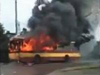 完全に火だるまになっているトロリーバスが建物に突っ込む。大炎上。