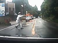 この警察官の誘導方法wこれは誰でも勘違いしちゃうだろw