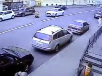 こんなの避けるの100%無理。走行中の車の目の前に飛び込んで亡くなった男性。