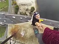 高所でガクブル動画。仲間の腕一本だけでぶら下がる野郎のビデオにひやひや。