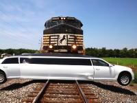 リムジンTSUEEEE!踏み切りで立ち往生したリムジンに貨物列車が衝突。数百メートル引きずられる。