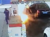 中国人極悪すぎる。ガソリンスタンドで店員にガソリンを噴射して火を付ける。