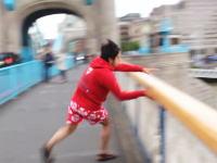 迷惑すぎるユーチューバーwww自分で橋から飛び降りといて「助けて!」「助けて!」