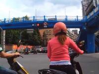 何を思って発進したんだ?まだ信号が赤なのに発進したスクーター女が事故る。